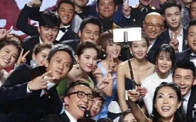 刘亦菲放在一堆人中看,才知道啥叫颜值天花板!