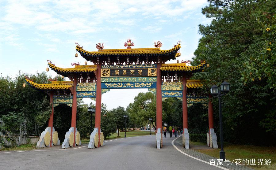 华中地区最大的风景游览胜地,各大学坐落旁边,武汉东湖风景区