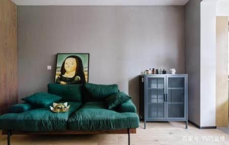 另外,二人在客厅里限购了一款墨绿色的布艺沙发,活泼跳跃颜的墨绿色也