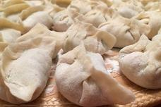 煮饺子时,应该用冷水还是热水?今天可算是知道了