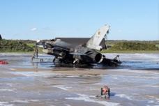 比利时一架F-16在基地爆炸:被烧成废铁 2人受伤
