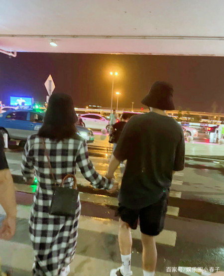 超甜蜜!谢娜与张杰首次合体亮相机场,十指相扣戴情侣帽引关注? 实用小技巧 第4张
