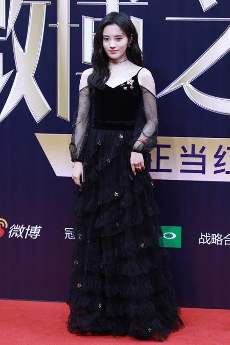 吴昕身材也不错,就算和穿黑裙的鞠婧祎站一起,时尚感也不输 实用小技巧 第3张