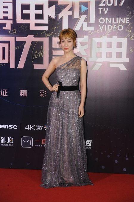 吴昕身材也不错,就算和穿黑裙的鞠婧祎站一起,时尚感也不输 实用小技巧 第9张