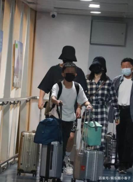 超甜蜜!谢娜与张杰首次合体亮相机场,十指相扣戴情侣帽引关注? 实用小技巧 第9张