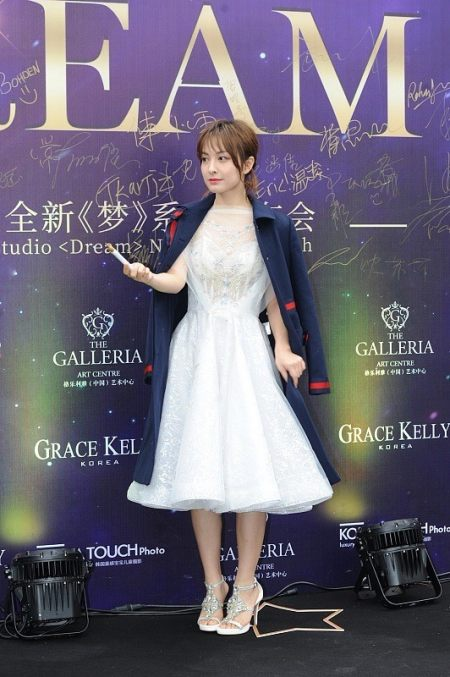 吴昕身材也不错,就算和穿黑裙的鞠婧祎站一起,时尚感也不输 实用小技巧 第6张